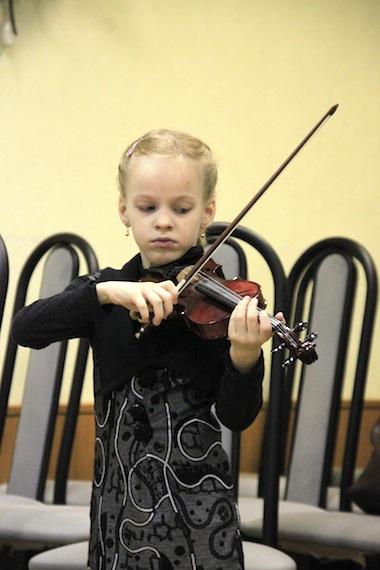 Настя играет на скрипке